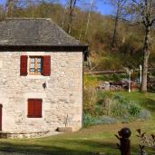 Extérieur - Façade du Moulin de Marc et vue sur espace vert