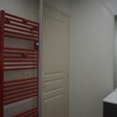 Salle de bain avec grande douche à l'italienne