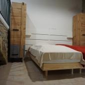 Chambre 2 lits simples avec salle de bain et WC séparé - étage du bas