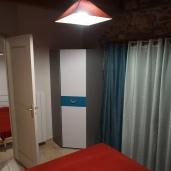 Chambre lit double avec terrasse, salle de bain et WC séparé - étage du bas