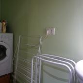 Machine à laver dans la salle d'eau de l'étage principal